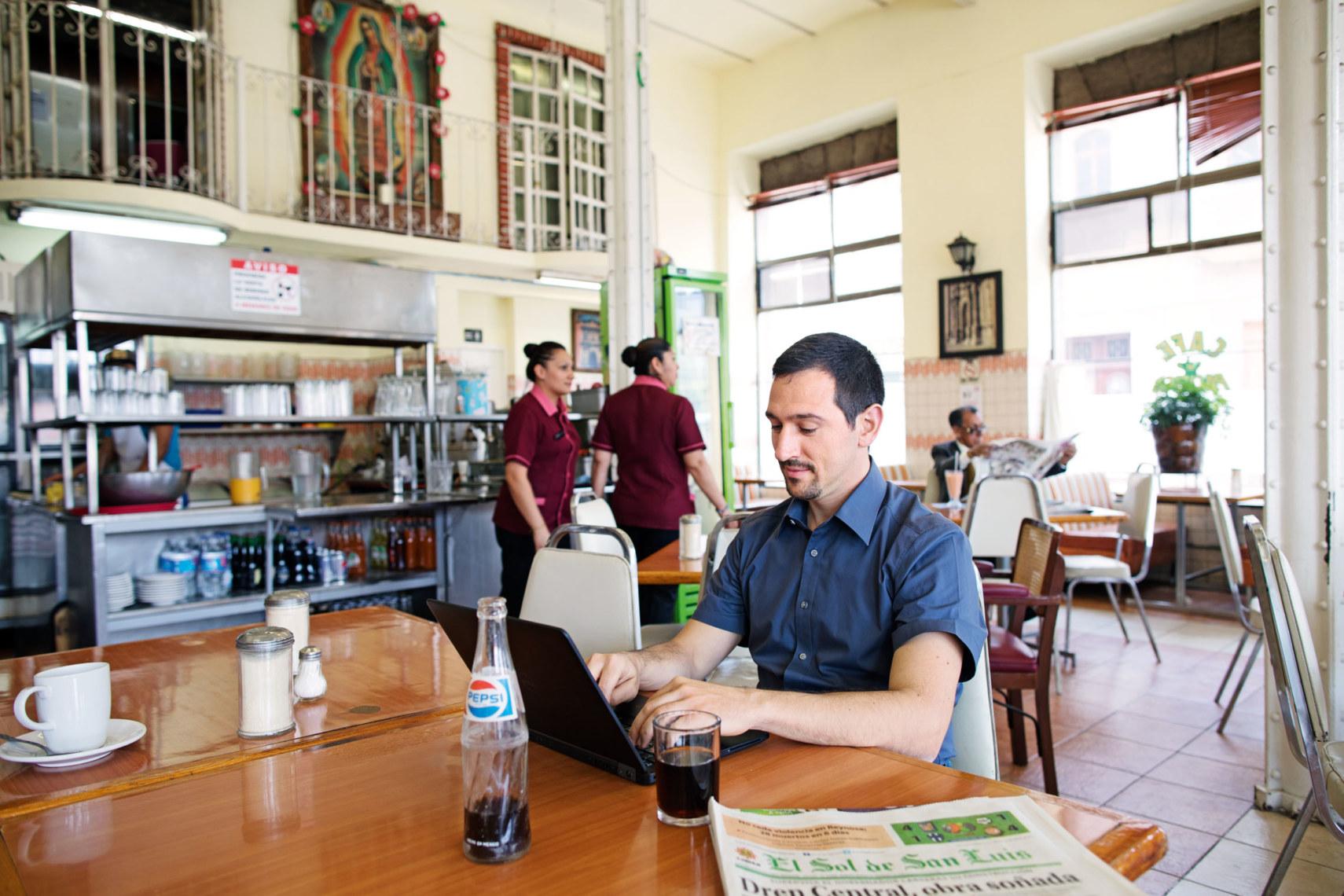 Per Mobilgerät lässt sich an vielen Orten arbeiten, etwa im Café Pacific im Zentrum von San Luis Potosí.
