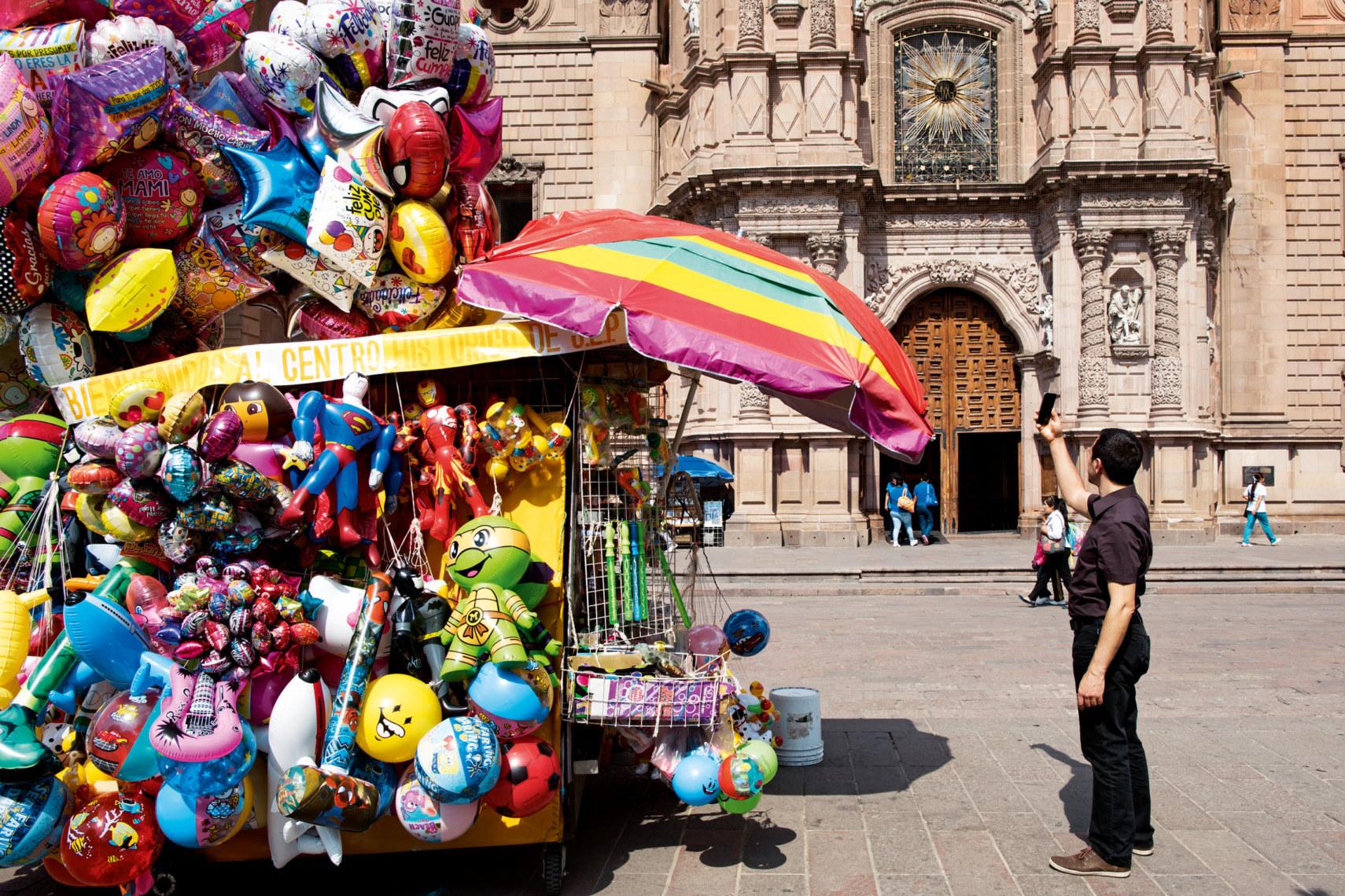 Im Stadtzentrum von San Luis Potosí herrscht nicht nur vor der Kathedrale buntes Treiben.