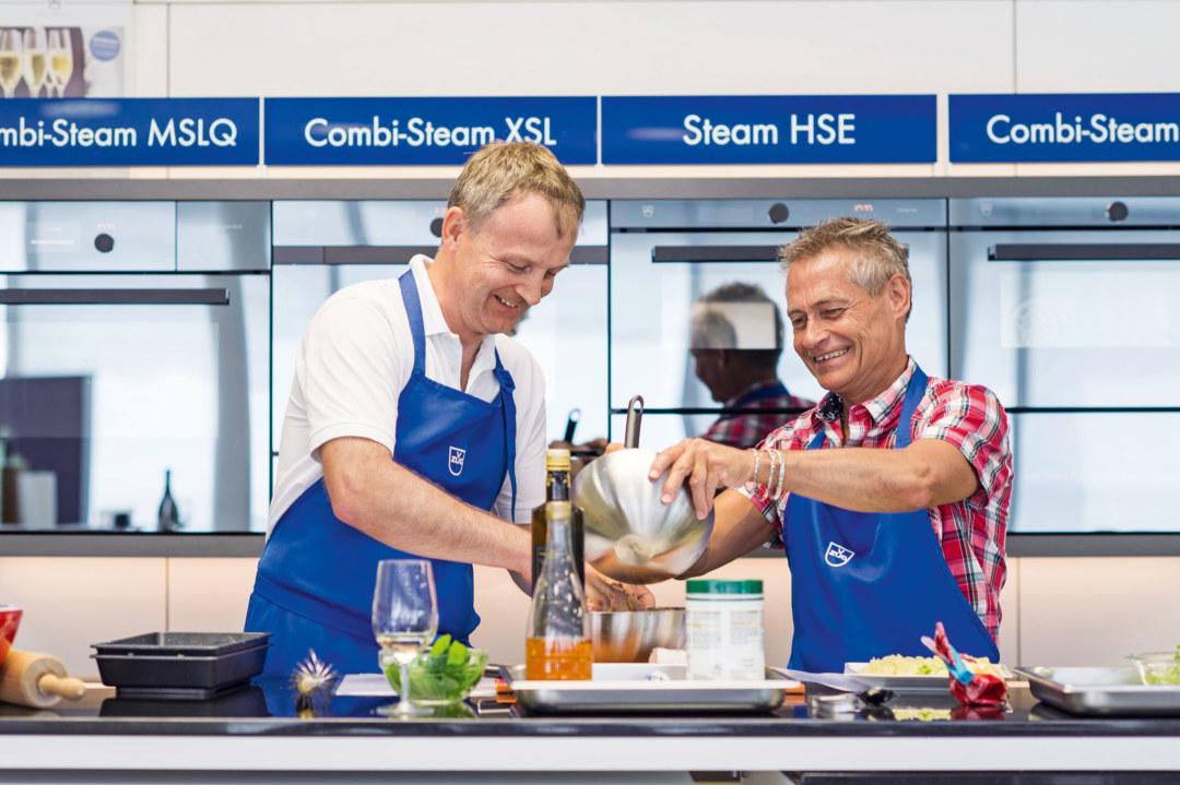 Uwe Muster (links) von V-Zug und Daniel Seiler von Wörwag arbeiten eng zusammen – heute auch im Küchenstudio.