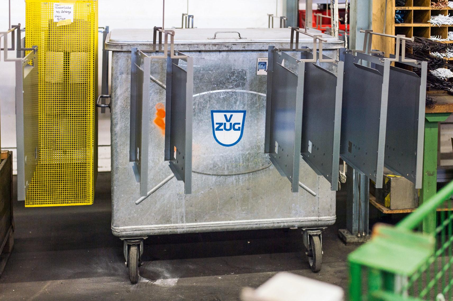 Zusammen mit den Bauteilen wird in der Lackierkabine eine Farbtontafel pulverbeschichtet. Sie dient bei Bedarf als Belegstück zur Haftprüfung.