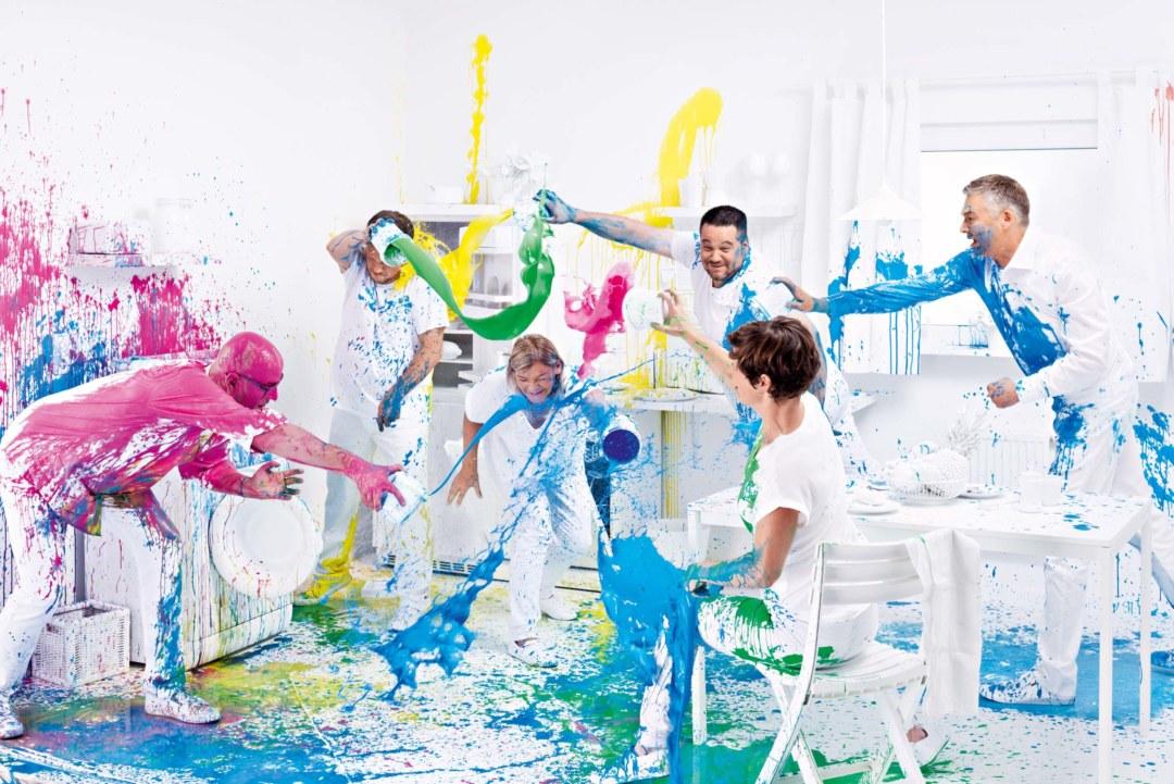 Wörwag kann auch richtig bunt. Mit Feuereifer bewarfen sich die Kollegen nach der strengen Choreographie mit wasserlöslichen Fingerfarben. ©Rafael Krötz