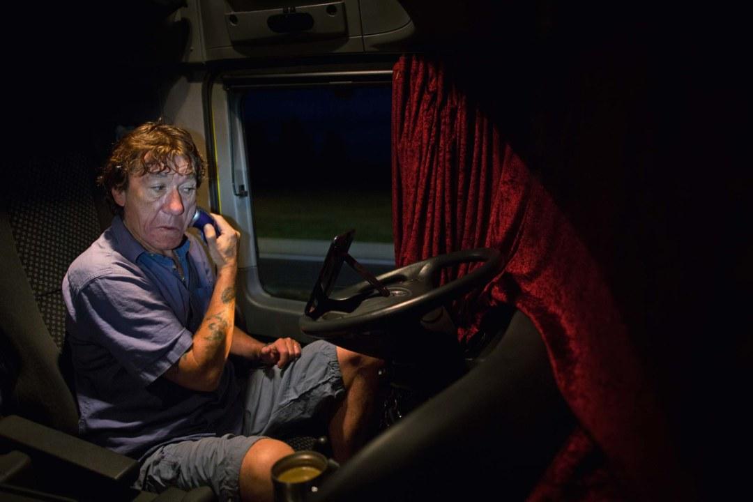Nesner rasiert sich auf dem Fahrersitz, der Spiegel klemmt am Lenkrad. ©Toby Binder