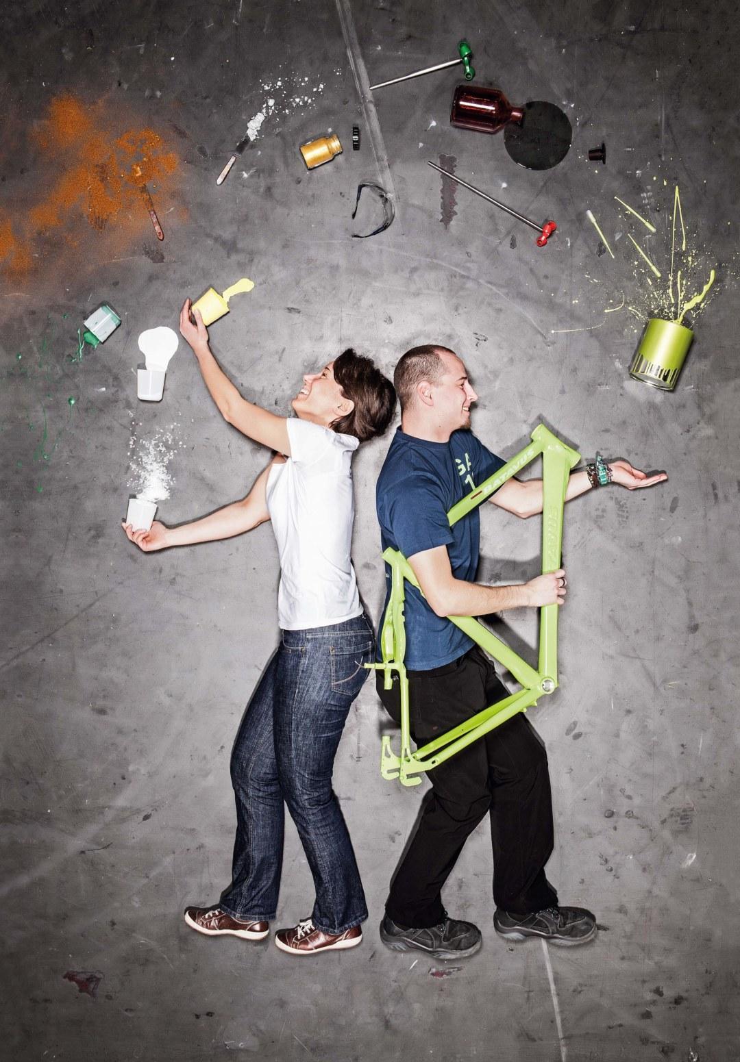 Haben den Bogen raus: Lackingenieurin Nicole Hörner und der angehende Lacklaborant Felix Bischoff mit den einzelnen Zutaten, die zusammengemischt die gelbgrüne Fahrradfarbe ergeben. ©Frederik Laux