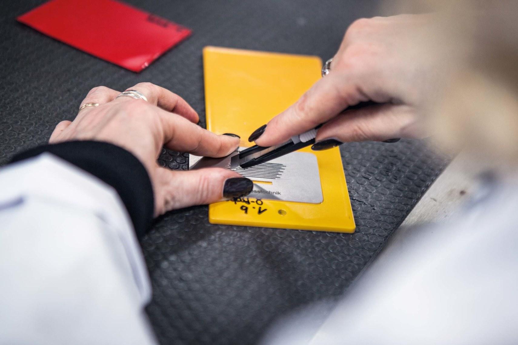 Maßarbeit: Mit dem Gitterschnitt wird die Haftfestigkeit der Lackierung geprüft.