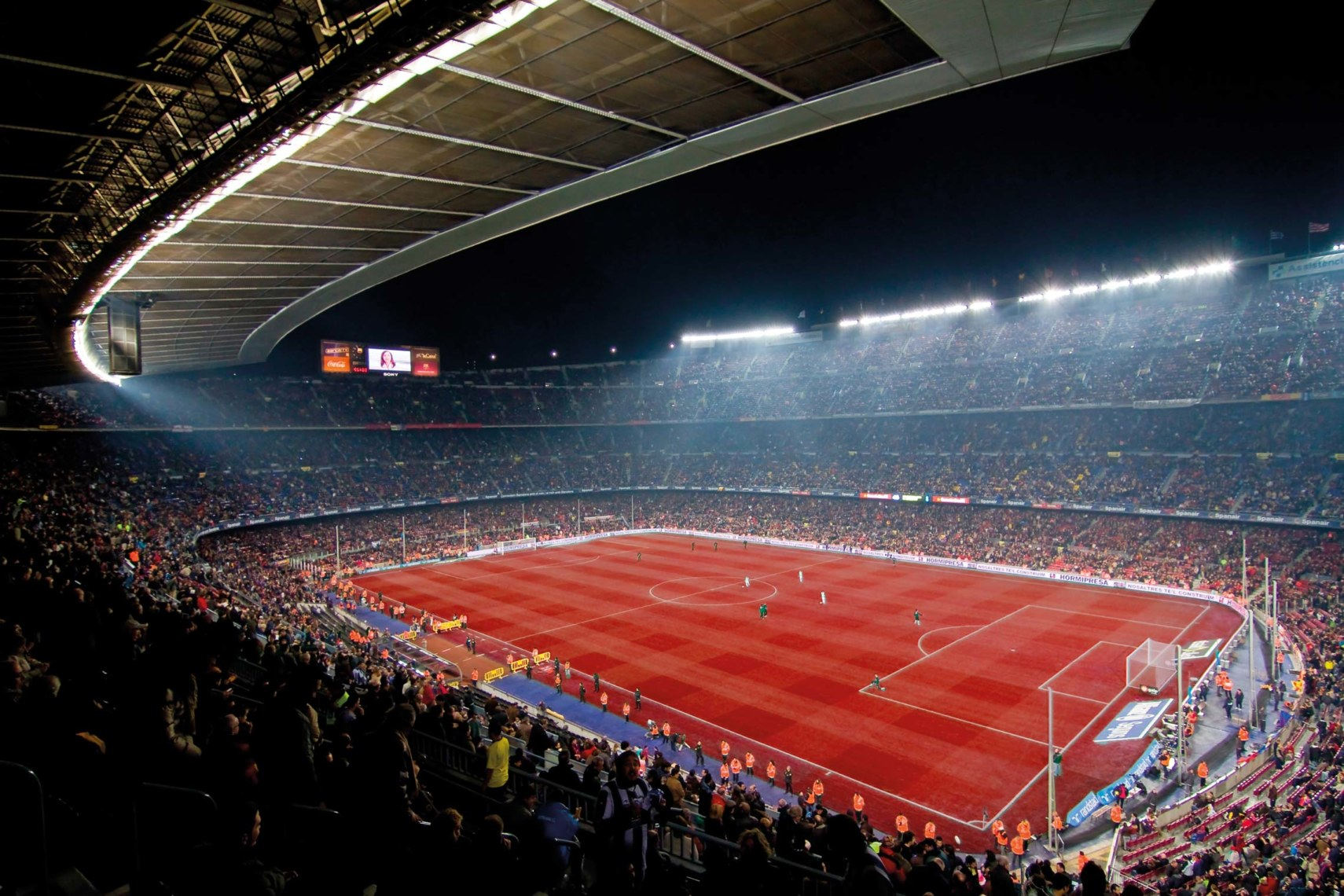 Red Heat? Ein Stadion mit einem roten Rasen dürfte selbst die hartgesottensten Fußballfans verstören. ©shutterstock