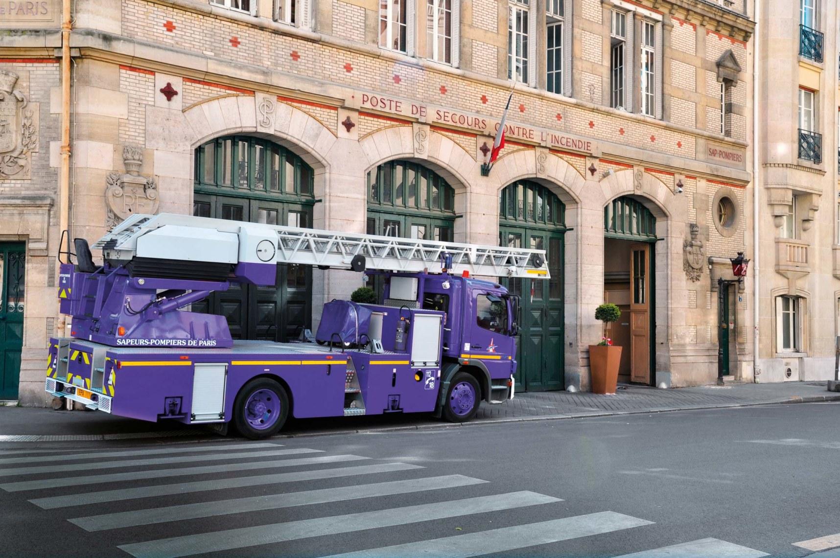 Lila statt Rot? Schwer vorstellbar. Denn ein lila Feuerwehrauto hätte es schwerer, sich durch den Verkehr zu kämpfen. ©shutterstock